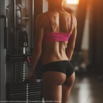 Fitnessgirl am Gerät Bildquelle: Brutal athletic woman pumping up muscles with dumbbells © IEGOR LIASHENKO / Fotolia.com