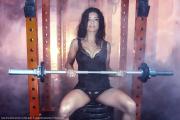 Fitnessgirl an Langhantel Bildquelle: Sexy brunette woman in the gym. © pawelsierakowski / Fotolia.com