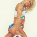 Fitnessgirl mit blauer Unterwäsche und Fussball auf Teppich von der Seite Bildquelle: Seductive girl's posing with a ball on furs © Fxquadro / Fotolia.com