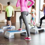 Fitnessgirls im Kurs Bildquelle: close up of people working out with steppers in gym © Syda Productions / Fotolia.com